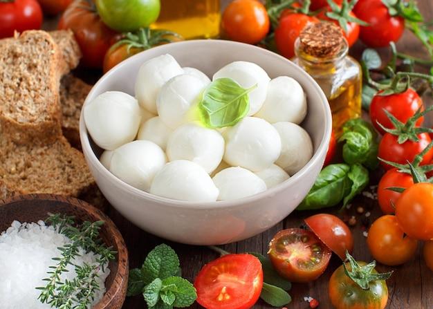 Ingredienti della cucina italiana: mozzarella, pomodori, basilico, olio d'oliva e altri