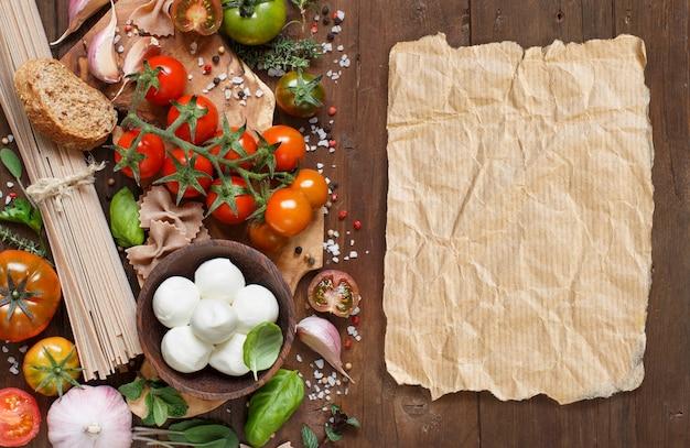 Ingredienti della cucina italiana: mozzarella, pomodori, aglio, erbe aromatiche e altri