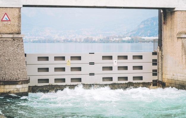 La diga italiana - diga di olginate - divide i laghi garlate e olginate, regola il lago di como
