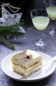 Tiramisù dolce italiano, fatto con tè matcha e limoncello