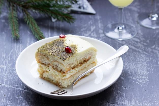 Tiramisù dolce italiano, preparato con tè matcha e limoncello.