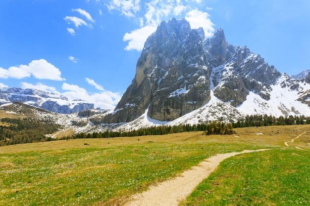 Paesaggio delle dolomiti italiane. vista della famosa montagna