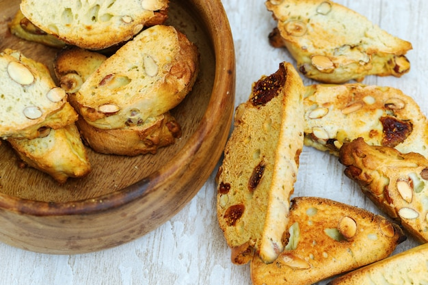 Biscotti secchi italiani o biscotti con noci e fichi in ciotola di legno.