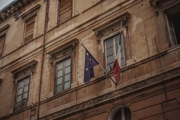 Bandiera italiana ed europea su un edificio a palermo