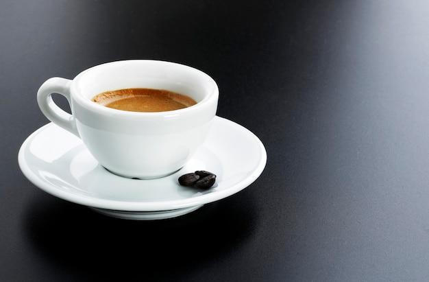 Espresso italiano con fagioli sul nero