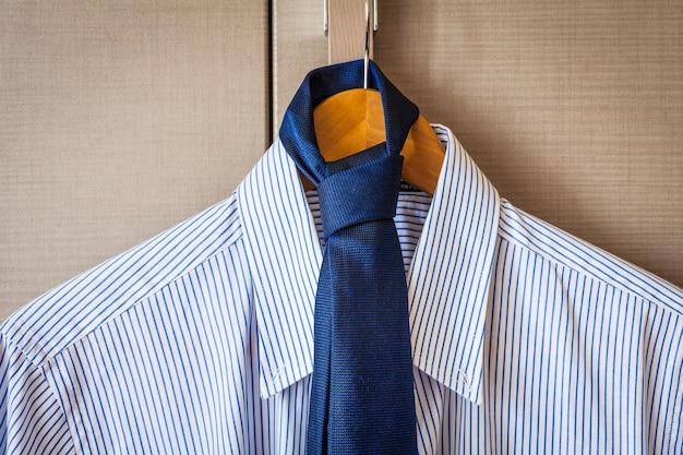 Moda italiana - camicia da lavoro, dresscode classico, pronta per un viaggio d'affari.