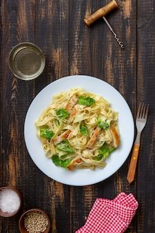 Pasta italiana alfredo di fetuccini con pollo. cucina nazionale. mangiare sano.