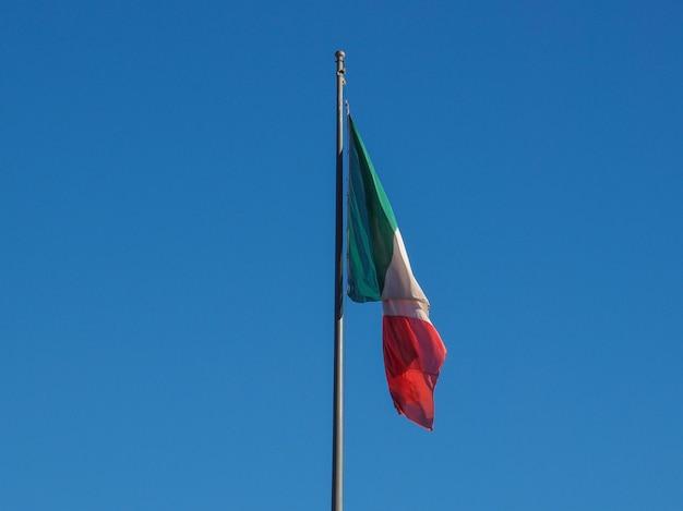 Bandiera italiana nel cielo azzurro