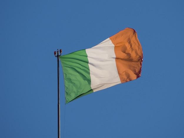 Bandiera italiana d'italia nel cielo blu