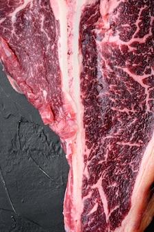 Set di bistecca di manzo stagionata alla fiorentina alla fiorentina, su pietra nera
