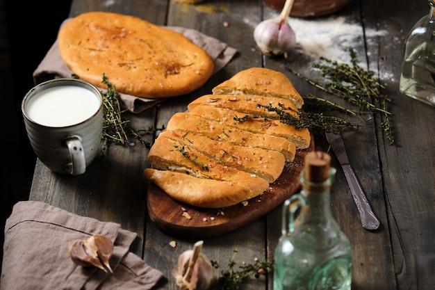Focaccia italiana con latte per colazione. cibo semplice rurale.
