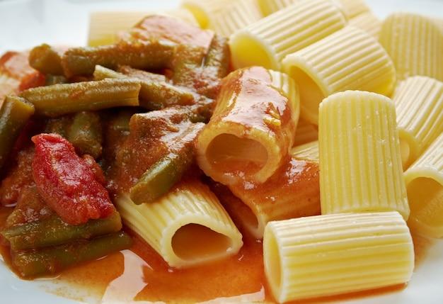 Cibo italiano. rigatoni di pasta con fagiolini e salsa di pomodoro