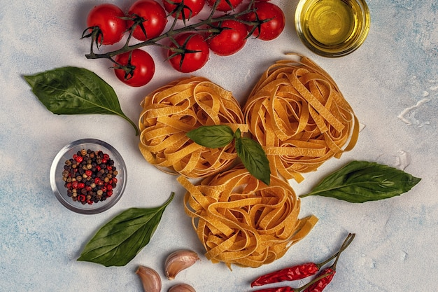 Cibo italiano con pasta, spezie e verdure