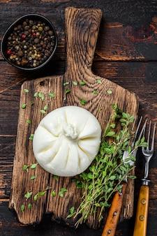 Burrata di formaggio fresco italiano su un tagliere di legno