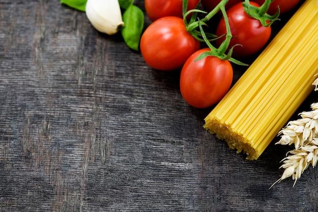 Ingredienti italiani in un angolo