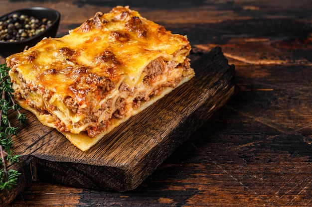 Lasagna italiana con ragù alla bolognese e carne di manzo tritata
