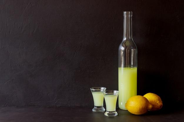 Liquore al limoncello italiano. alcol. bar. cucina nazionale. ricetta.