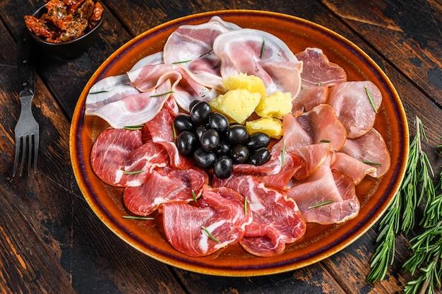 Piatto di carne italiana con prosciutto, bresaola, pancetta, salame e parmigiano