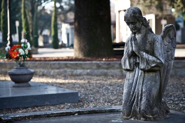 Cimitero monumentale italiano: collezione di statue vecchie di duecento anni