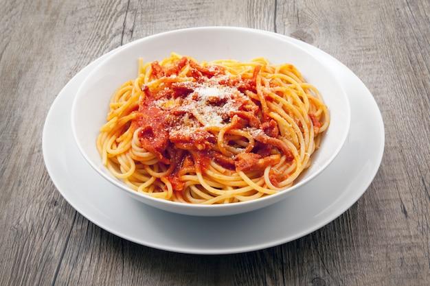 Pasta italiana all'amatriciana
