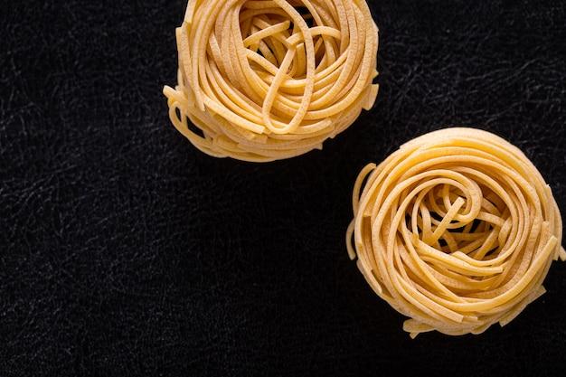 Pasta italiana su un primo piano nero isolato del fondo.