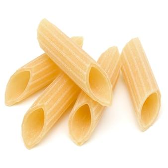 Pasta italiana isolata su fondo bianco. pennoni. penne rigate.
