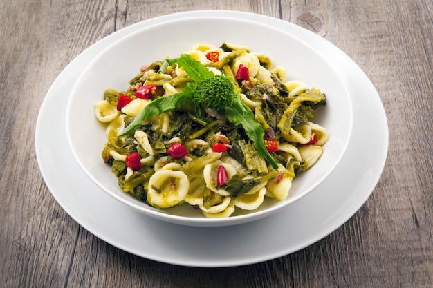 Pasta italiana con broccoli e rape