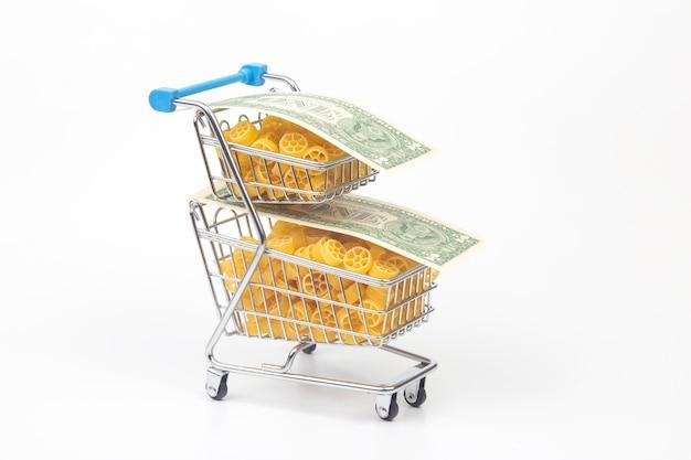 Pasta italiana con una banconota da un dollaro su uno sfondo bianco. prodotti di farina e cibo in cucina