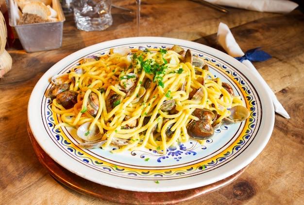 Pasta italiana con vongole veraci su piatto grande