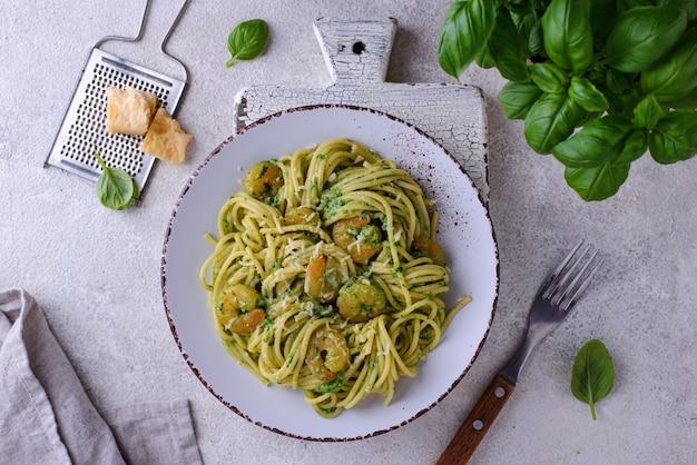 Pasta italiana con spinaci e gamberi