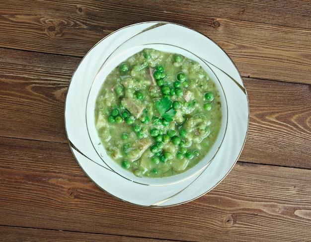Zuppa di piselli italiana - minestra delicata di piselli