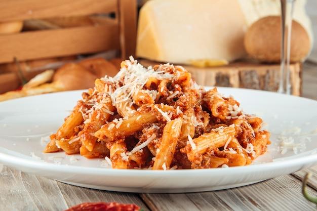 Penne italiane alla bolognese e parmigiano