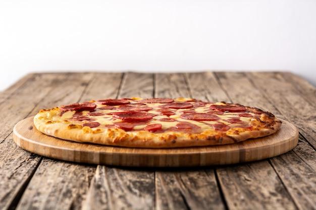 Pizza ai peperoni italiana sulla tavola di legno