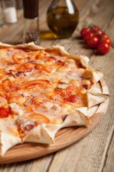 Pizza italiana bavarese su tavola di legno