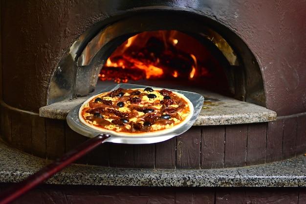 Pizza italiana prima di visitare il forno a legna