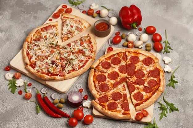Pizza italiana pizza tonda classica pizza e fette pizza su sfondi luminosi con ingredienti