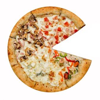 Pizza italiana quattro stagioni senza un pezzo isolato su bianco.