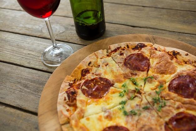Pizza italiana servita su un vassoio per pizza
