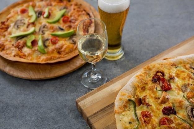 Pizza italiana servita con un bicchiere di birra