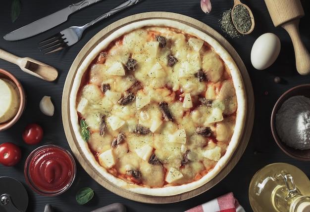 Pizza italiana sullo sfondo del tavolo