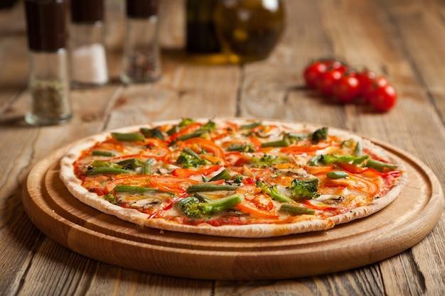 Pizza italiana vegetariana su tavola di legno