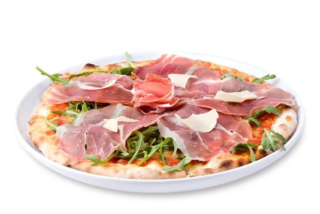 Pizza italiana con prosciutto e formaggio isolato su bianco