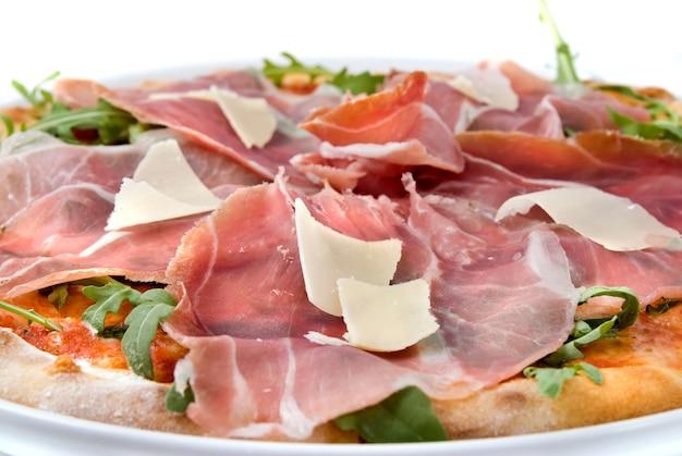 Pizza italiana con prosciutto e formaggio