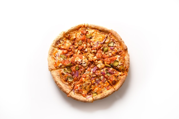 Pizza italiana con pomodoro, cetriolo, mozzarella, salsa