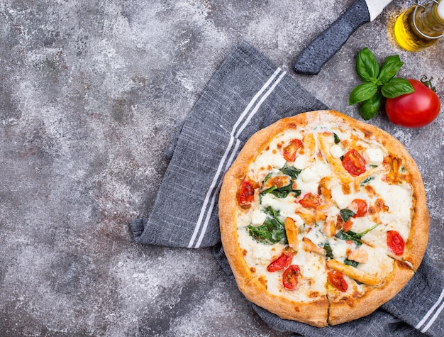 Pizza italiana con pomodoro, mozzarella e pollo