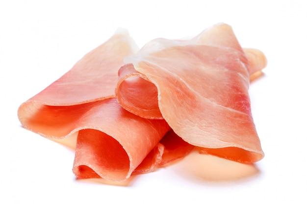 Prosciutto crudo italiano o jamon spagnolo. prosciutto crudo su spazio bianco.