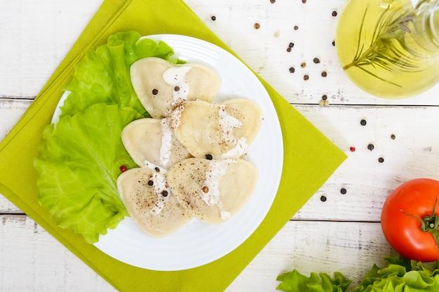 Ravioli italiani (gnocchi) a forma di cuore su un piatto
