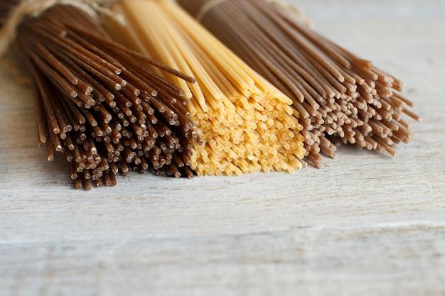 Spaghetti italiani sulla vecchia tavola di legno si chiuda