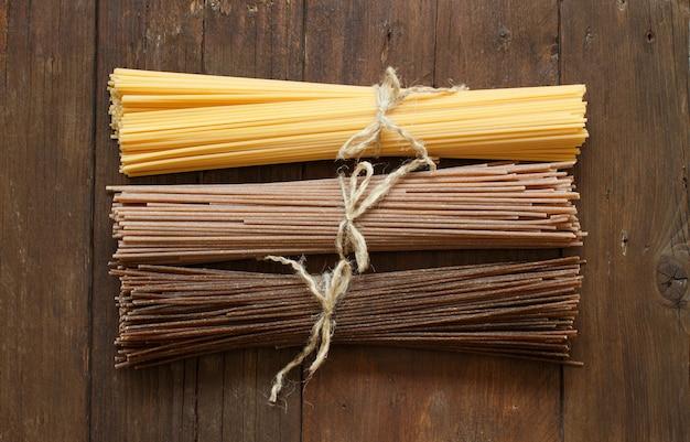 Spaghetti italiani sulla vecchia vista del piano d'appoggio di legno