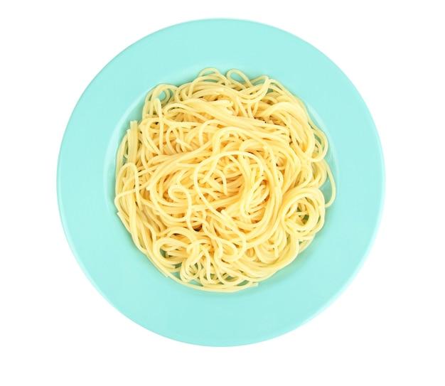 Spaghetti italiani nel piatto isolato su bianco